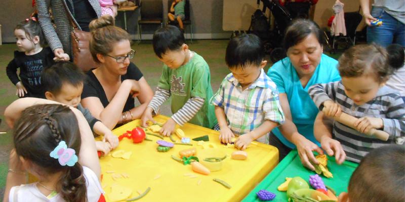 Nhóm Chơi Mà Học thực hành cách cho trẻ tập ăn Chơi Với Thức Ăn